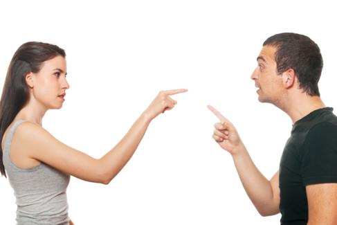 Para małżeńska wytykająca się palcami jako metafora kłótni o spadek