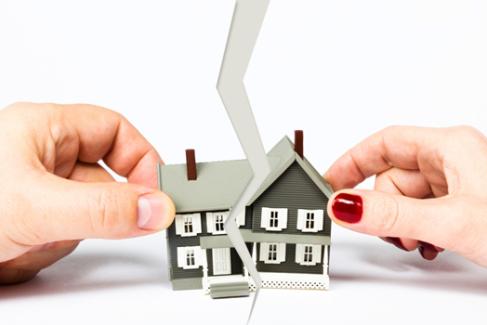 makieta przepołowionego domu jako metafora podziału majątku małżeńskiego