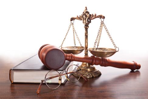 Waga, młotek sędziowski i księga prawa