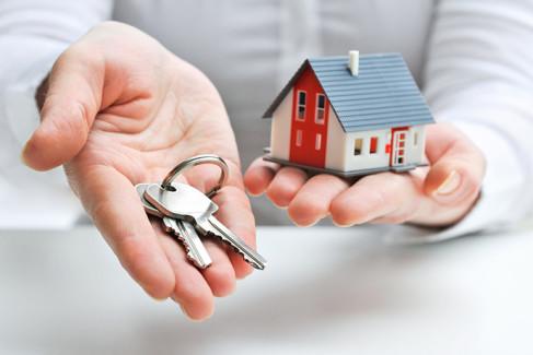 Model domu i klucze jako metafora zasiedzenia