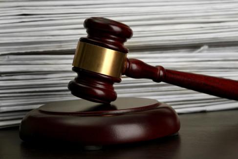 Apelacja, młotek sędziowski na tle dokumentów