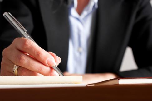 Testament, mężczyzna podpisujący dokumenty
