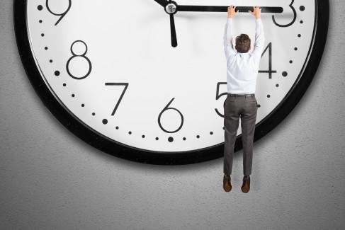 Mężczyzna wiszący na wskazówce zegara jako metafora przedawnienia roszczeń