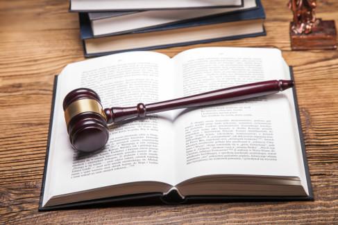 młotek sędziowski i księga prawa