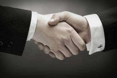 Zadośćuczynienie - podane ręce jako metafora zadośćuczynienia