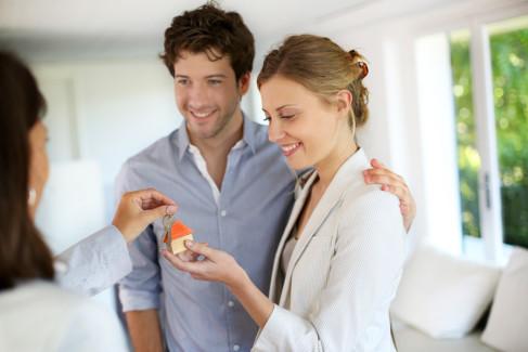 Kobieta wręcza prezent małżeństwu jako metafora darowizny