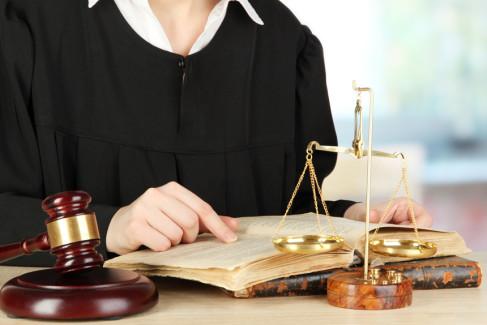 Sędzia czytający prawo