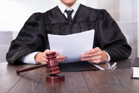 sędzia czytający dokumenty
