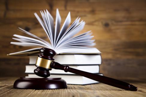 Akt oskarżenia, młotek sędziowski jako metafora aktu oskarzenia
