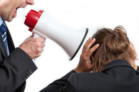 Mobbing, pracodawca krzyczący przez megafon na pracownika