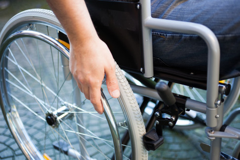 Człowiek na wózku inwalidzkim