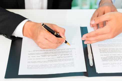 Umowa zlecenia, ludzie biznesu podpisują umowę