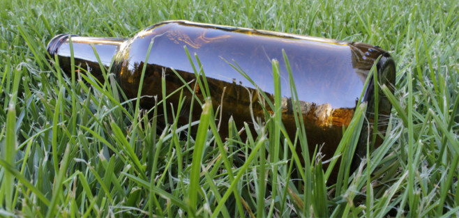 Butelka na trawie jako metafora nietrzeźwości
