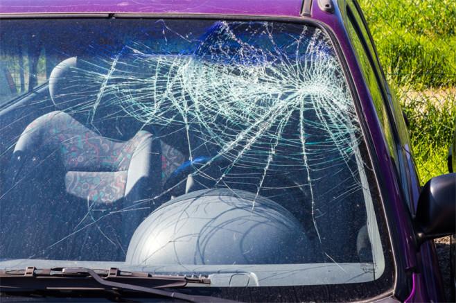 Spowodowanie wypadku samochodowego - zbita przednia szyba
